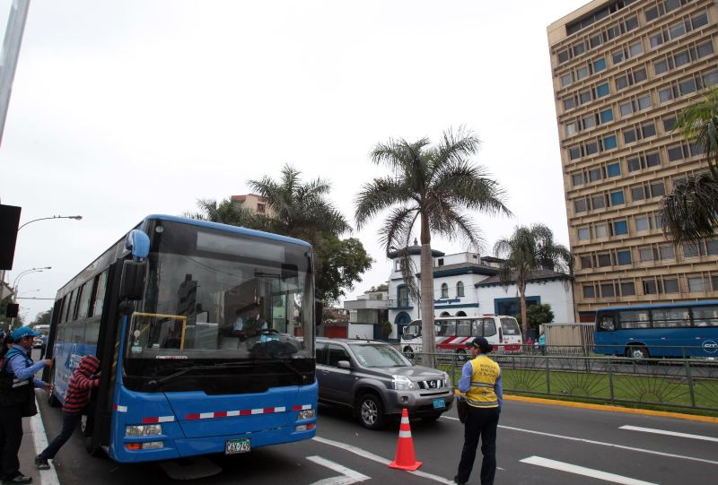 Castañeda backtracks, returns blue buses to Javier Prado