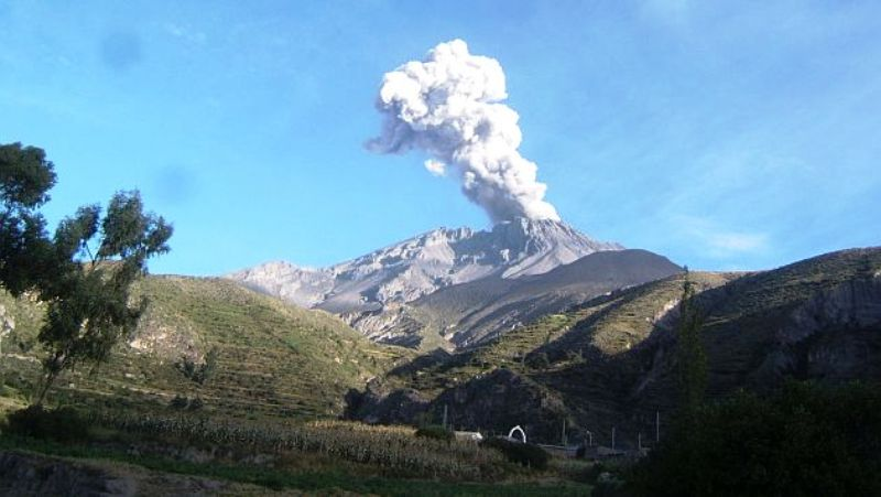 Volcano eruption spews ashes 13,000 feet in southern Peru