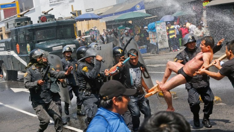 Judicial employees battle police in downtown Lima protest