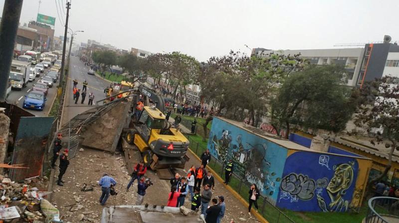 Semi-trailer hauling heavy machinery destroys Lima bridge