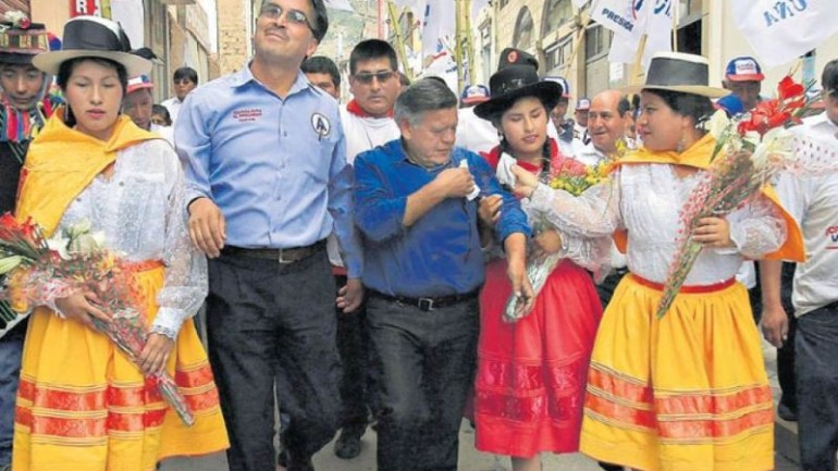 Peru: Cesar Acuña pegged with eggs at campaign event