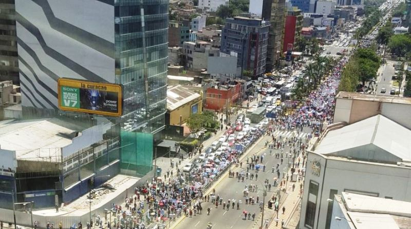Thousands march against privatization of Lima water company