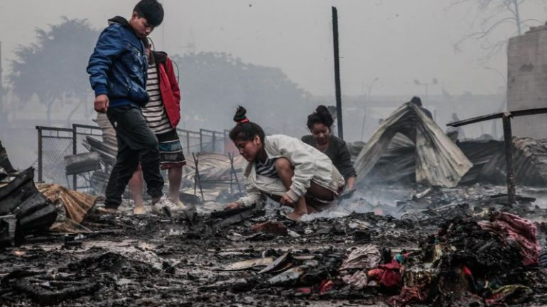 Thousands homeless after fire destroys shantytown in downtown Lima